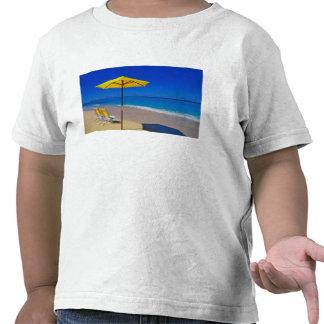 Parasol de playa y sillas amarillos en prístino camisetas