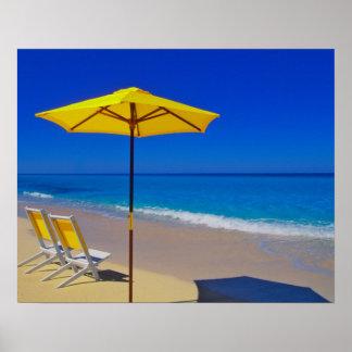 Parasol de playa y sillas amarillos en prístino póster