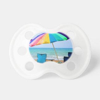 Parasol de playa y sillas coloridos en la Florida Chupetes De Bebé