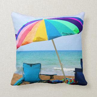 Parasol de playa y sillas coloridos en la Florida Almohada