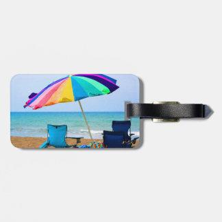 Parasol de playa y sillas coloridos en la Florida Etiqueta Para Maleta