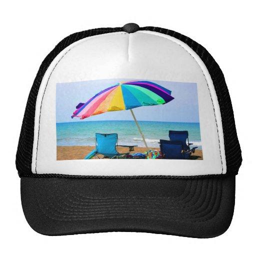 Parasol de playa y sillas coloridos en la Florida Gorra