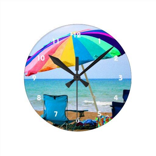 Parasol de playa y sillas coloridos en la Florida Reloj Redondo Mediano