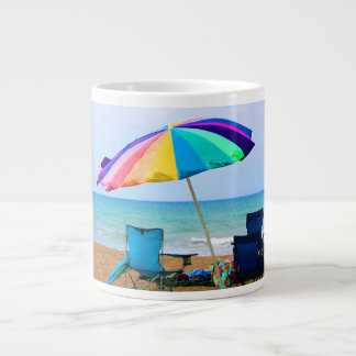 Parasol de playa y sillas coloridos en la Florida Taza Grande
