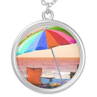 Parasol de playa y sillas invertidos coloridos en  grimpolas