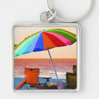 Parasol de playa y sillas invertidos coloridos en  llavero cuadrado plateado