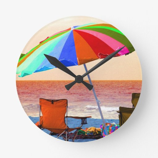 Parasol de playa y sillas invertidos coloridos en  reloj