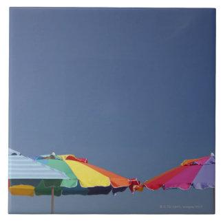 Parasoles en la playa. Sombrillas Azulejo Cuadrado Grande