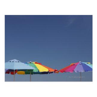 Parasoles en la playa. Sombrillas Postal