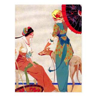 Parasoles y galgo de las mujeres postal