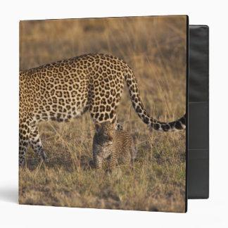 Pardus del Panthera del leopardo) con el cachorro,