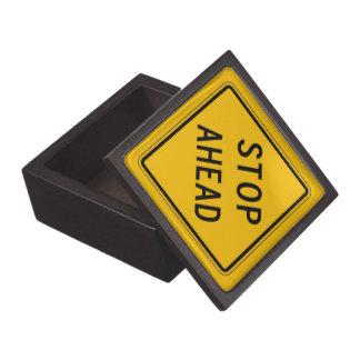 Pare a continuación, la señal de peligro del caja de recuerdo de calidad