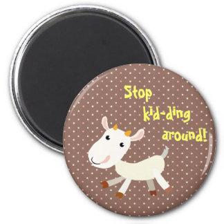 Pare el embromar alrededor del imán de la cabra -