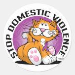 Pare el gato de la violencia en el hogar pegatina redonda