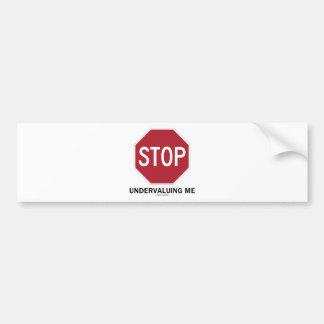 Pare el infravalorar de mí (el humor del empleo de etiqueta de parachoque