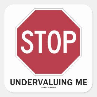 Pare el infravalorar de mí (el humor del empleo de pegatina cuadrada