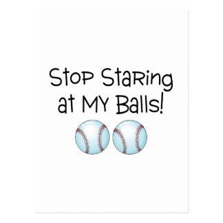 Pare el mirar fijamente mis bolas el béisbol tarjeta postal