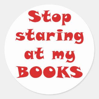 Pare el mirar fijamente mis libros pegatina redonda