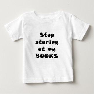 Pare el mirar fijamente mis libros playera de bebé