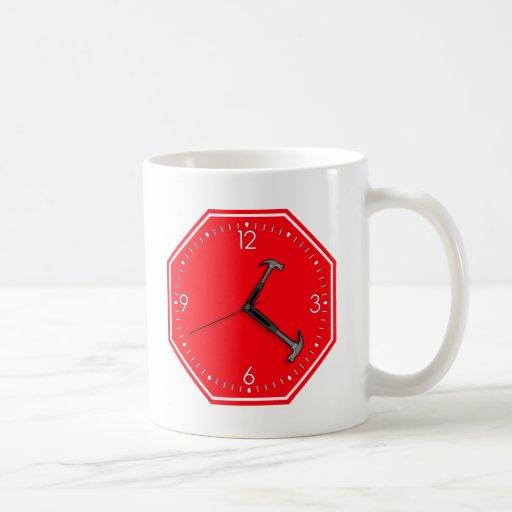 Pare el reloj de la muestra del tiempo del martill taza básica blanca