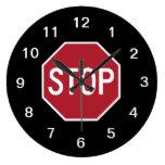 Pare el reloj de pared de la muestra