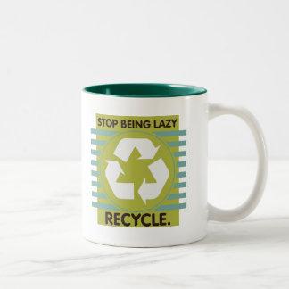 ¡Pare el ser perezoso, recicle! Taza Dos Tonos