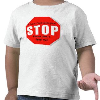 Pare la camiseta del niño de las alergias alimenta
