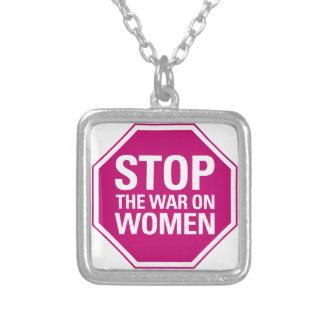 Pare la guerra en el collar de las mujeres