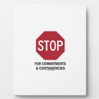 Pare para los compromisos y las contingencias la placa de madera