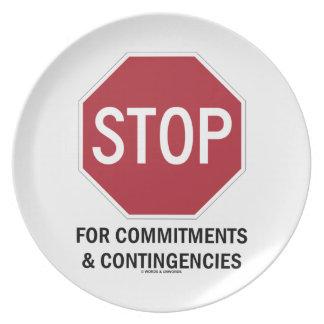 Pare para los compromisos y las contingencias la platos para fiestas