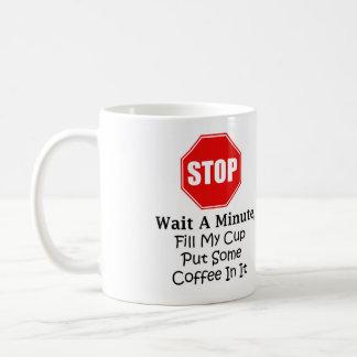 Pare y espere un minuto, llene mi taza de la taza
