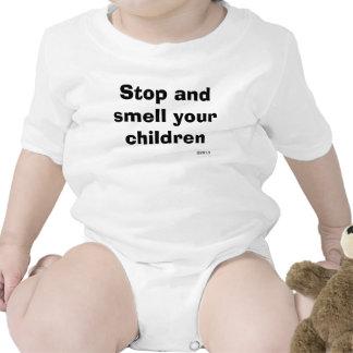 Pare y huela a sus niños traje de bebé