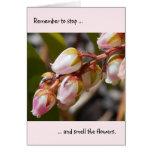 Pare y huela la tarjeta de nota de las flores