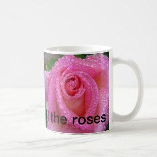 Pare y huela la taza de los rosas