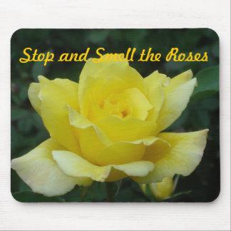 Pare y huela los rosas alfombrillas de raton