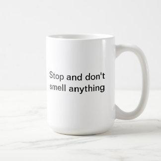 Pare y no huela cualquier cosa taza