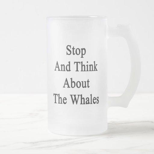 Pare y piense en las ballenas taza de café