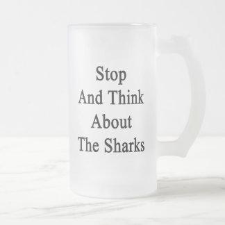 Pare y piense en los tiburones taza de café