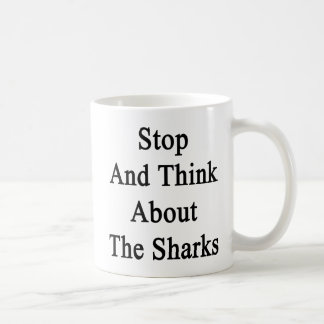 Pare y piense en los tiburones tazas