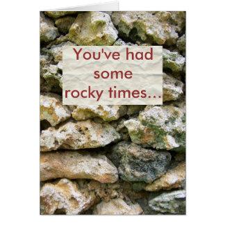 Pared áspera de la roca con el fondo del personali tarjeton