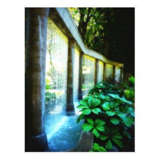 Pared de agua en paraíso del jardín postal