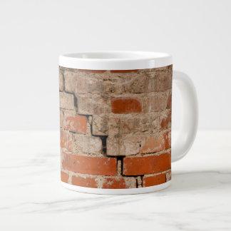 Pared de ladrillo agrietada taza grande
