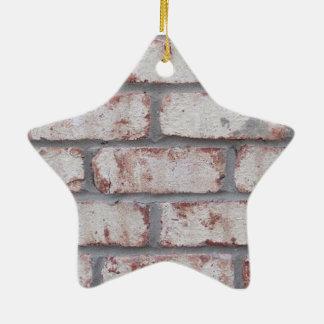 Pared de ladrillo blanqueada adorno navideño de cerámica en forma de estrella