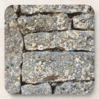 Pared de ladrillo de piedra posavaso