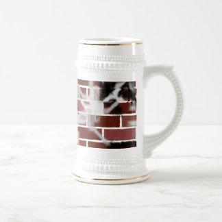 Pared de ladrillo hablada enigmáticamente pintada  taza de café