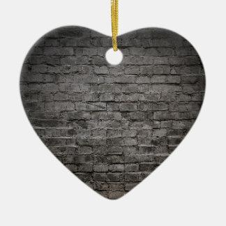 pared de ladrillo oscura negra adorno navideño de cerámica en forma de corazón