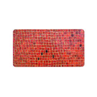 Pared de ladrillo roja envejecida con variaciones etiquetas de dirección
