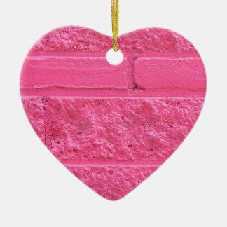 Pared de ladrillo rosada adorno de cerámica en forma de corazón