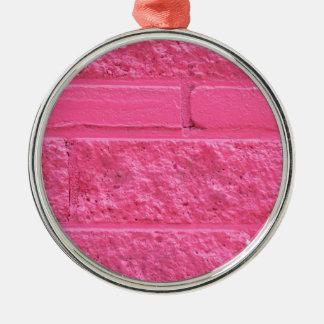 Pared de ladrillo rosada adorno redondo plateado