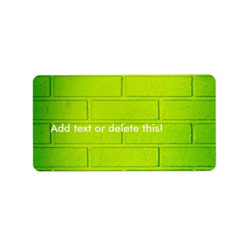 Pared de ladrillo verde sucia etiquetas de dirección